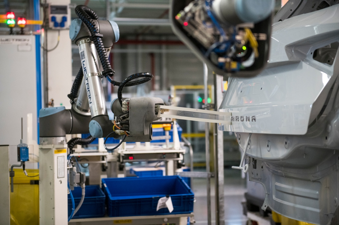 The-collaborative-robot-that-gives-SEAT-cars-their-name_02_HQ