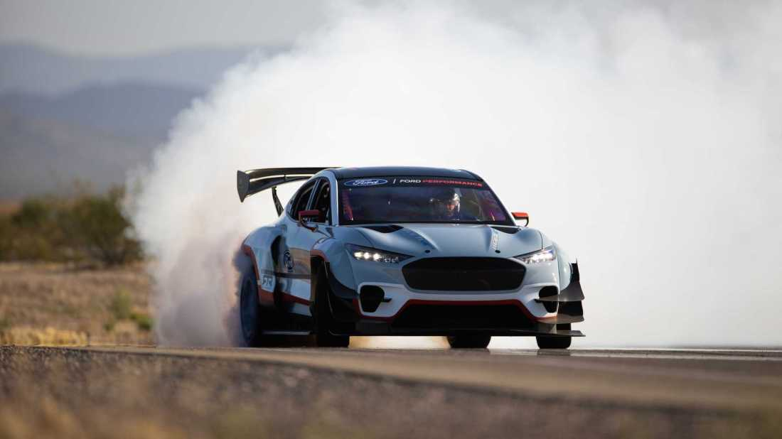 ford-mustang-mach-e-1400-smoke-front