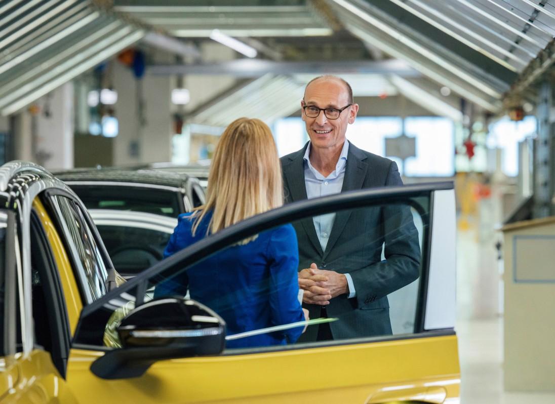 El CEO Ralf Brandstätter visitando el área de ensamble de puertas.