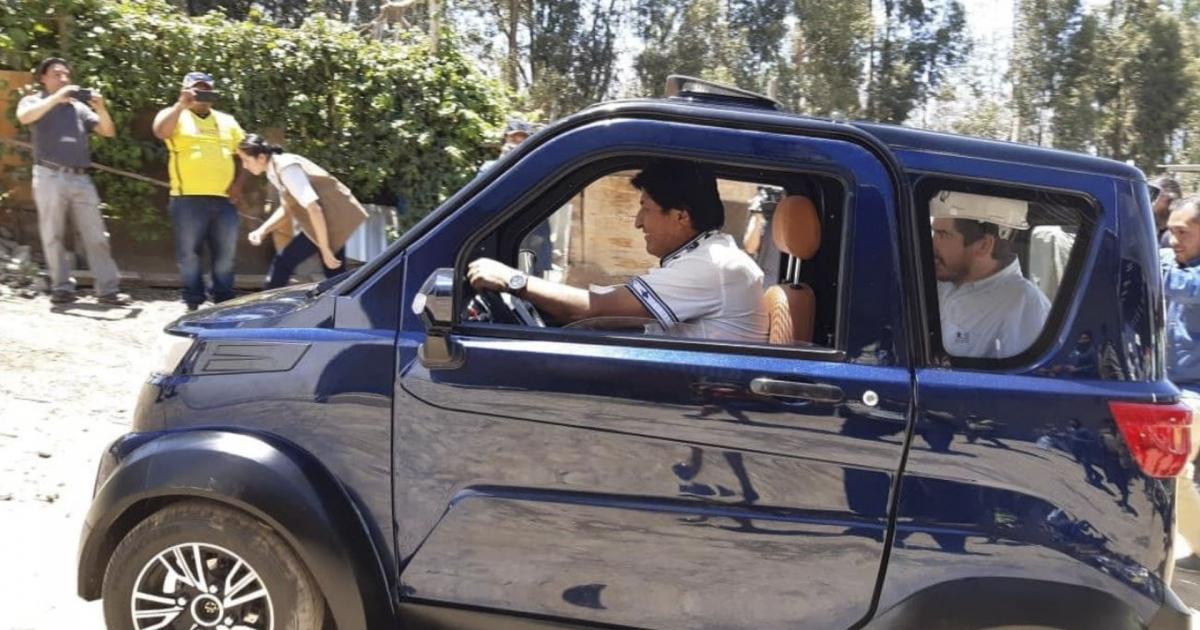 1569891498-evo-morales-maneja-primer-auto-electrico-fabricado-bolivia