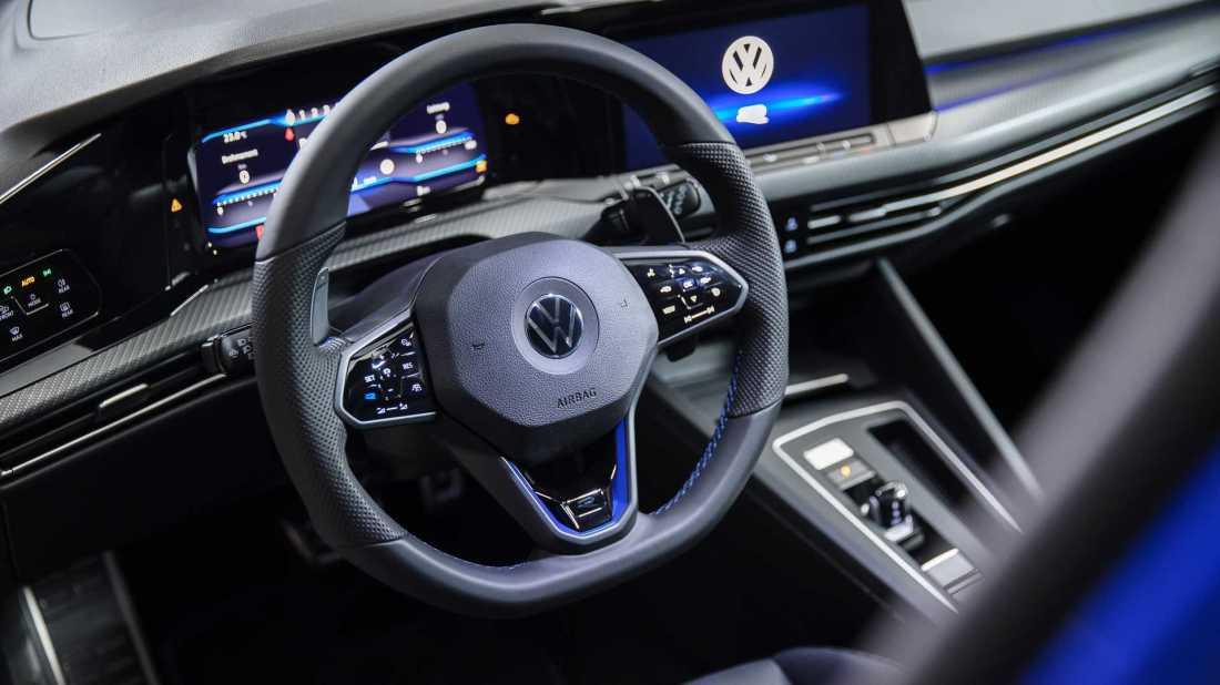 2022-volkswagen-golf-r-interior (1)