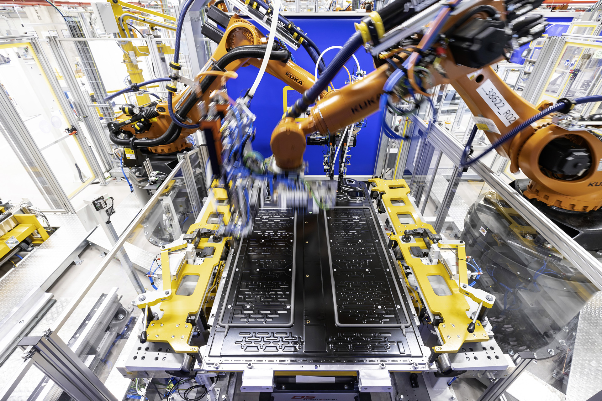 battery-production-at-mercedes-benzs-plant-in-hedelfingen-germany_100786147_h