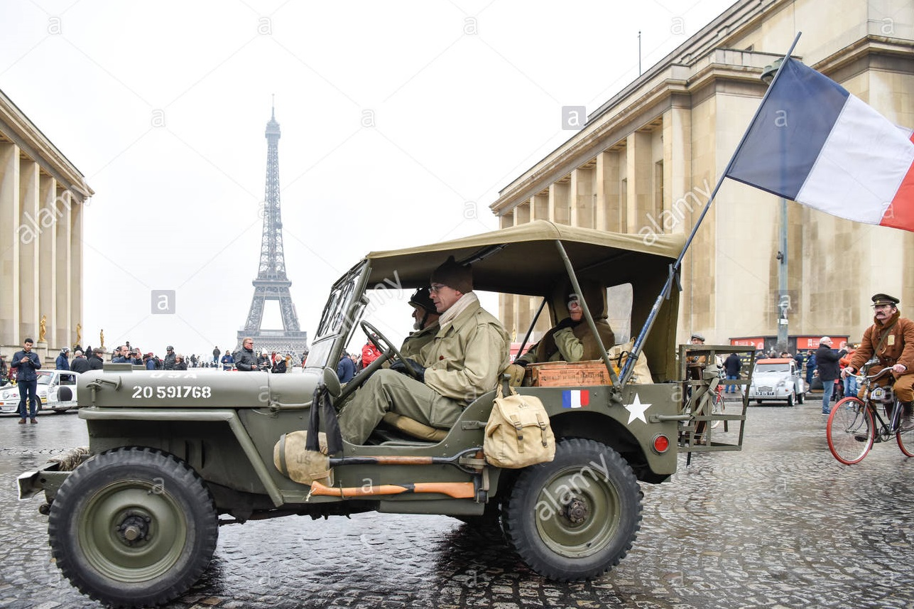 paris-7th-jan-2018-a-vintage-jeep-with-a-flag-of-france-passes-the-KX4XHA